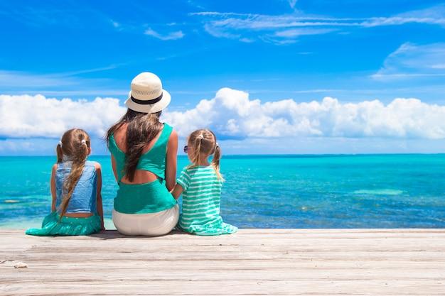 Jovem mãe e filha caminhando na ilha tropical