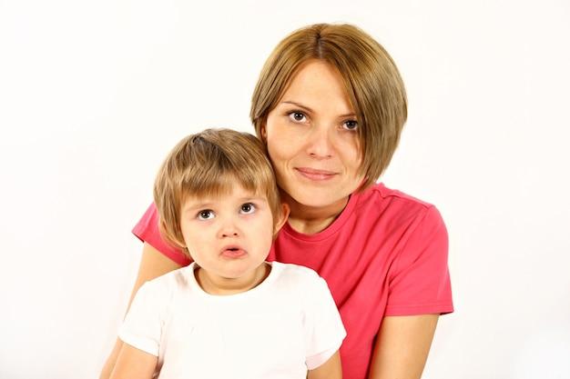 Jovem mãe e filha sobre fundo branco