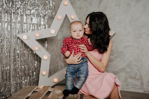 Jovem mãe e filho com uma estrela decorativa