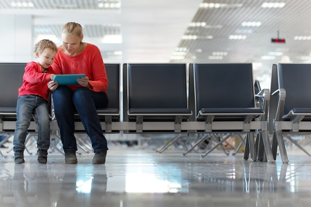 Jovem mãe e filho em um terminal de aeroporto