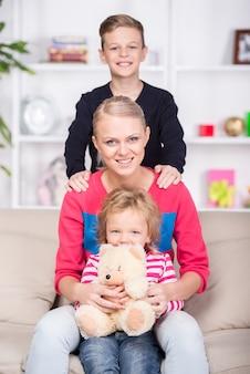 Jovem mãe e seus dois filhos. família feliz.