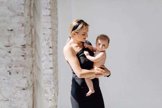Jovem mãe e sua linda filha