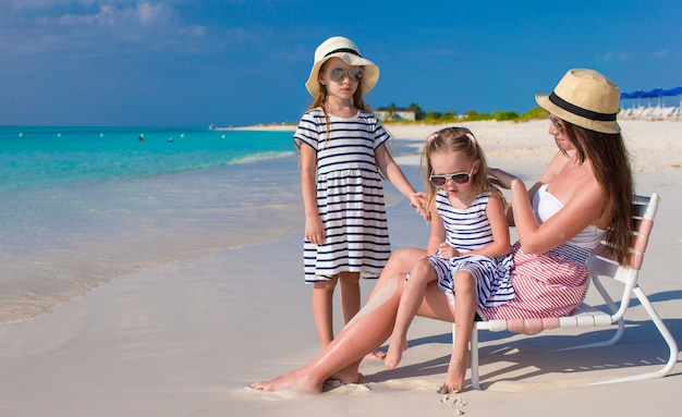 Jovem mãe e suas filhas aproveitam as férias de verão
