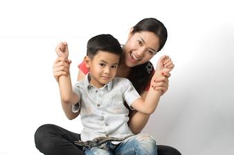 Jovem mãe e um jovem rapaz