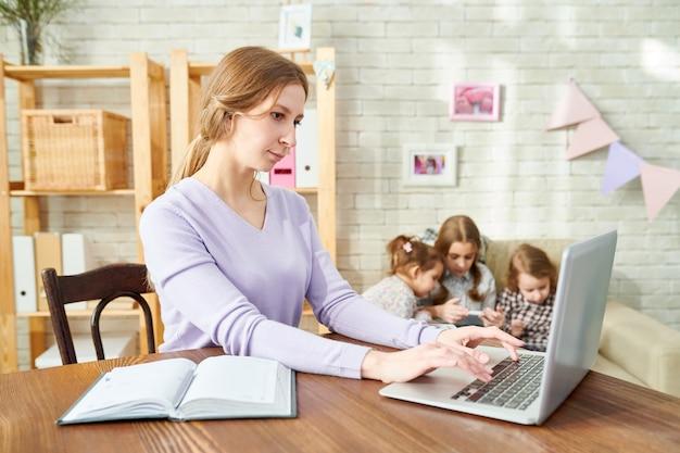 Jovem mãe embrulhada no trabalho