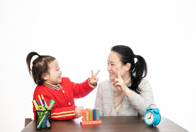 Jovem mãe ensina a filha a aritmética