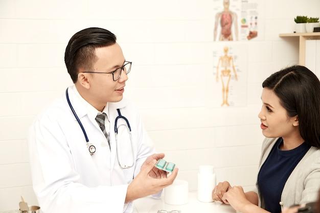 Jovem mãe está falando com um médico