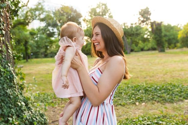 Jovem mãe feliz com sua filhinha
