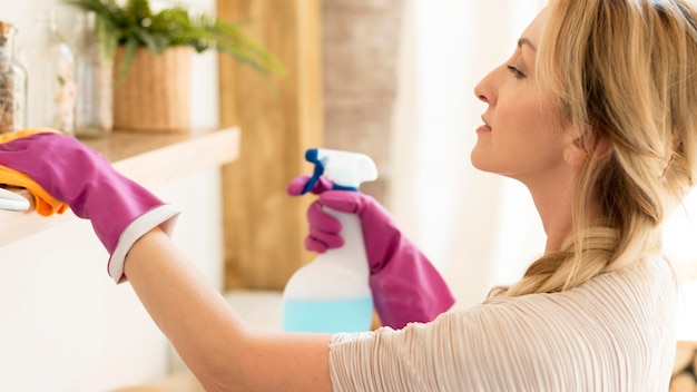 Jovem mãe limpando a casa