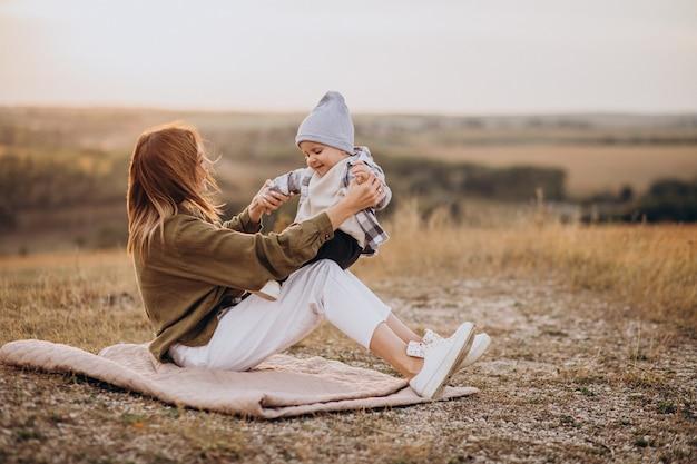Jovem mãe se divertindo com seu filho pequeno