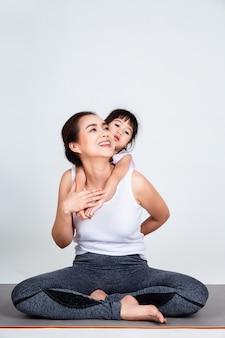 Jovem, mãe, treinamento, adorável, filha, com, ginástico
