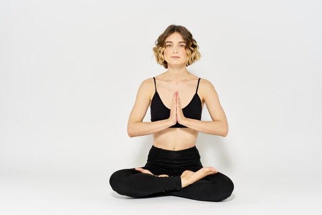 Jovem magro pratica ioga