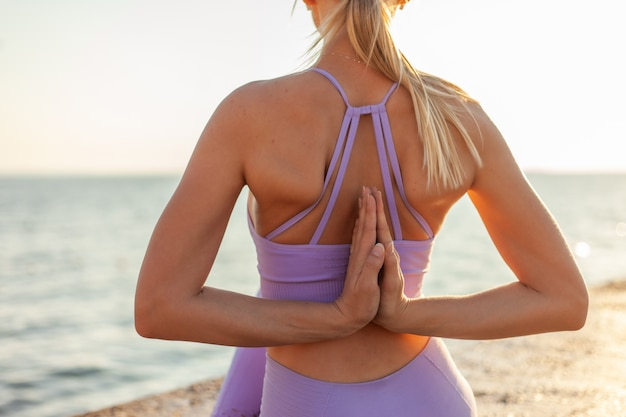 Jovem magro praticando ioga. meditação ao nascer do sol. conceito de estilo de vida saudável