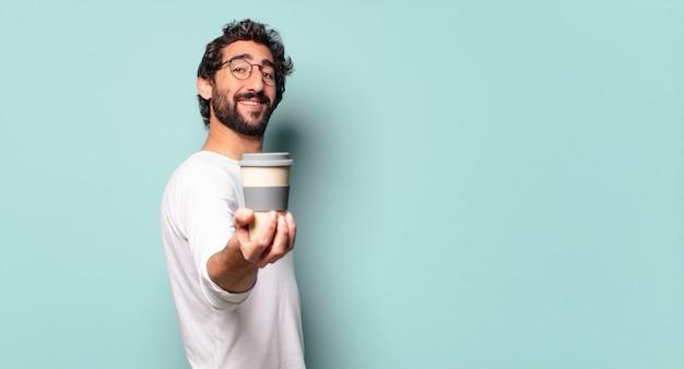 Jovem maluco de barba com um café para viagem