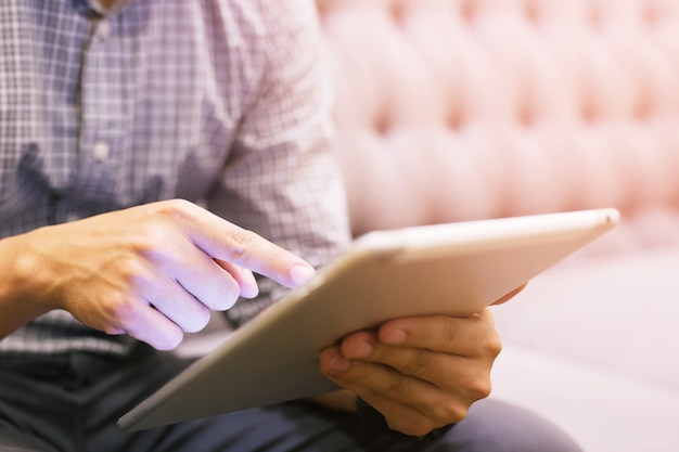 Jovem mão masculina tocando, pressionando o botão moderno e segurando o laptop.