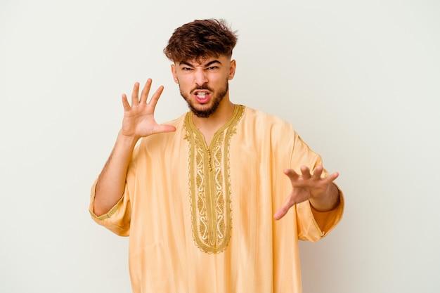 Jovem marroquino isolado no branco, mostrando garras imitando um gato, gesto agressivo.