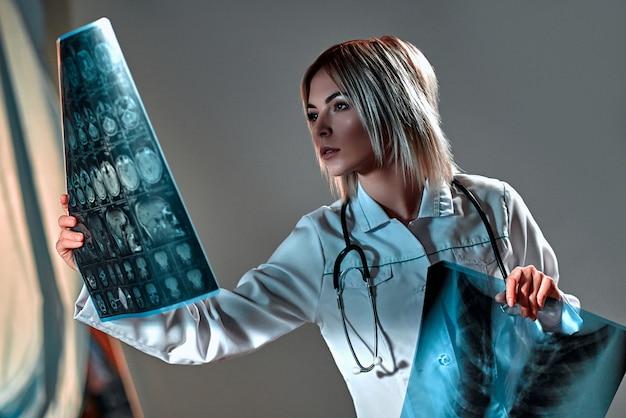 Jovem médica com um estetoscópio