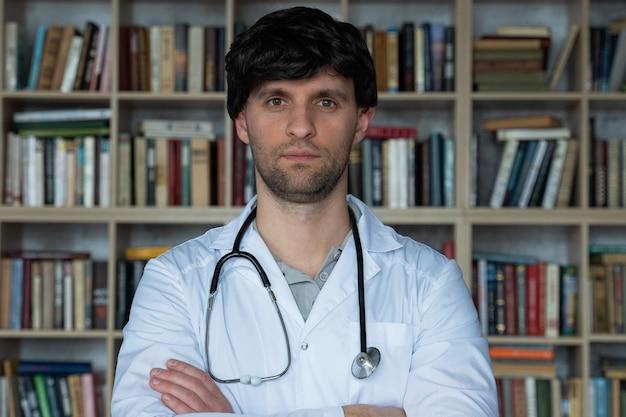 Jovem médica em uma biblioteca sorrindo feliz conceito de assistência médica e bem-estar