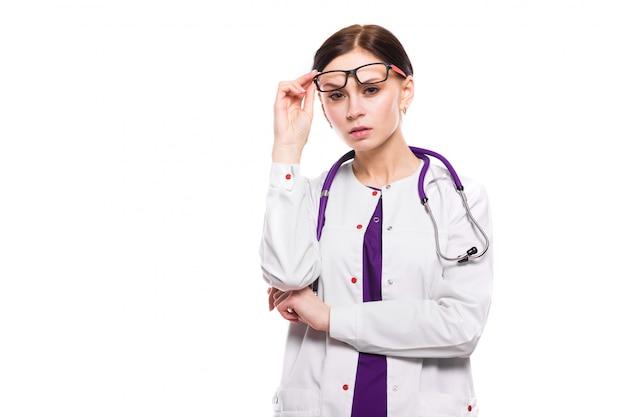 Jovem médica linda com óculos levantados em branco