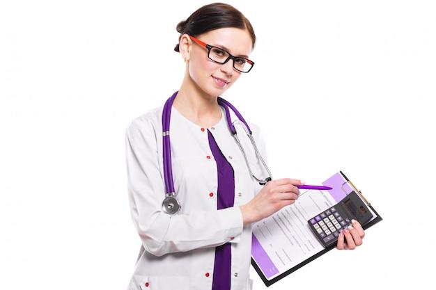 Jovem médica linda segurando a área de transferência e calculadora nas mãos dela sobre fundo branco