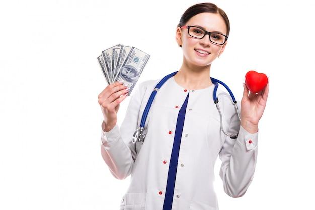 Jovem médica linda segurando coração e dinheiro nas mãos dela