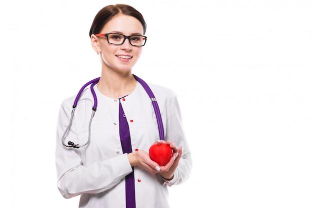 Jovem médica linda segurando o coração na mão