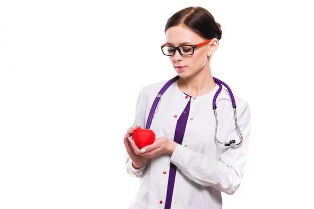 Jovem médica linda segurando o coração nas mãos dela