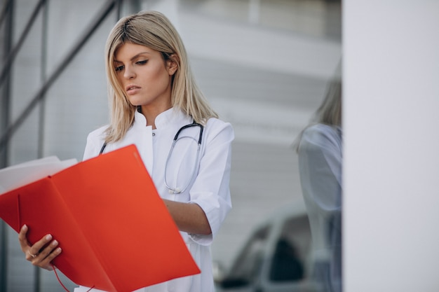 Jovem médica na ambulância do hospital