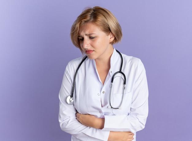 Jovem médica olhando triste para baixo