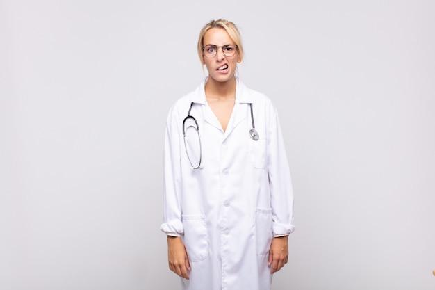 Jovem médica sentindo-se perplexa e confusa, com uma expressão muda e atordoada olhando para algo inesperado