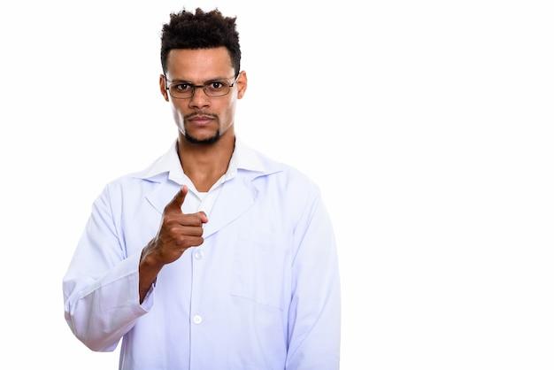 Jovem médico africano apontando isolado no branco