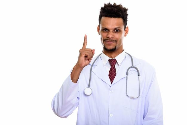 Jovem médico africano apontando o dedo isolado no branco