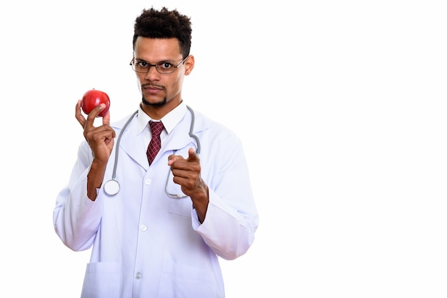 Jovem médico africano segurando uma maçã vermelha enquanto aponta
