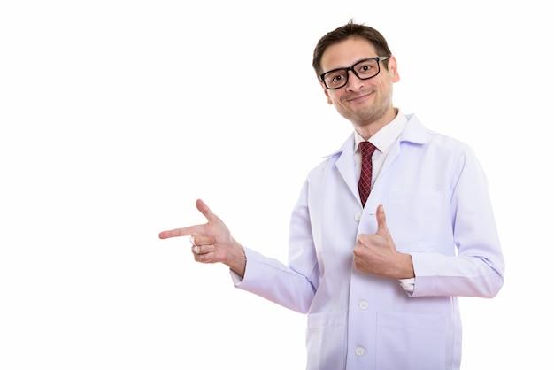 Jovem médico apontando para o lado e desistindo do polegar