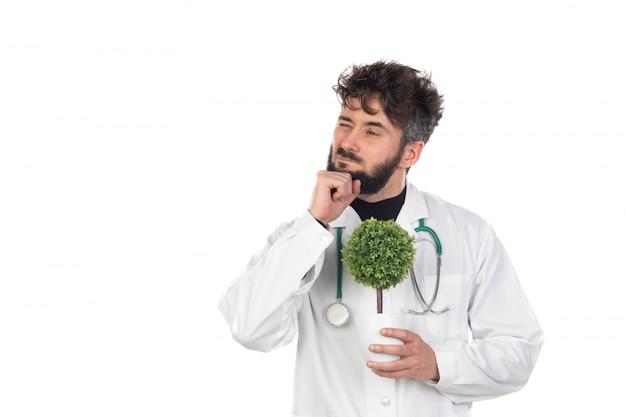 Jovem médico com barba, vestindo um uniforme branco
