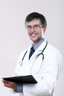 Jovem médico com estetoscópio e área de transferência