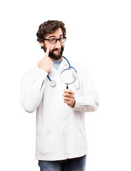 Jovem médico com lupa