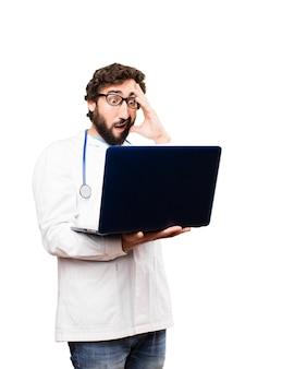Jovem médico com um laptot