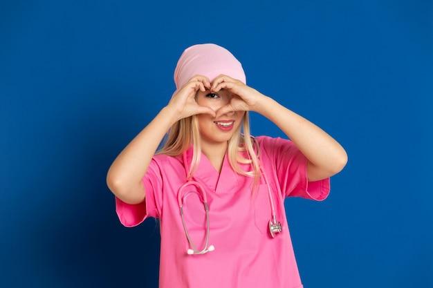 Jovem médico com um uniforme rosa e um cachecol