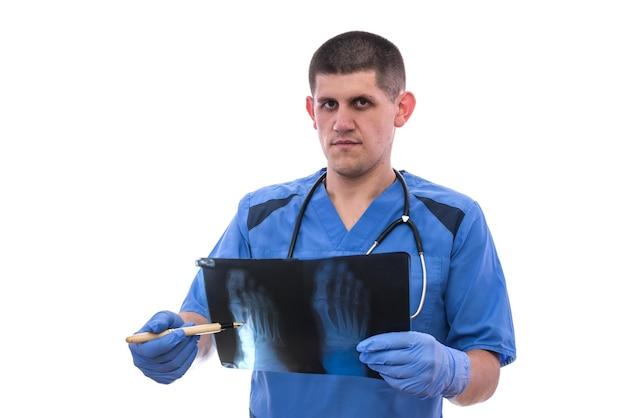 Jovem médico de uniforme azul analisa e mostra o problema ao paciente. reumatologista.