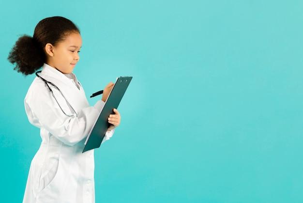 Jovem médico escrevendo cópia espaço