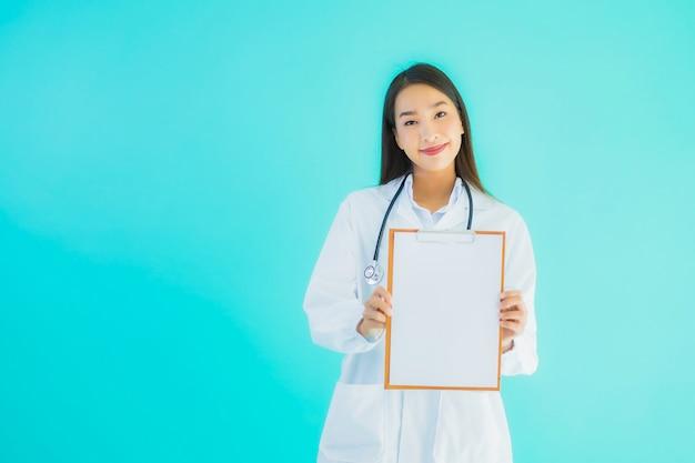 Jovem médico feminino asiático com placa de cartão vazia