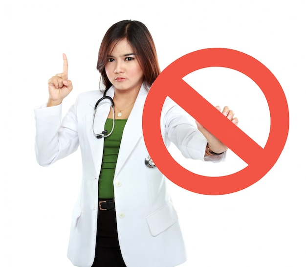 Jovem médico feminino asiático segurando sinal proibido