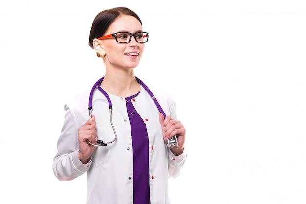 Jovem médico feminino lindo isolado no branco