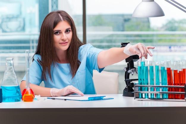 Jovem médico feminino trabalhando no laboratório