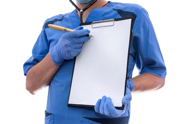 Jovem médico mostrando na área de transferência isolada no branco.