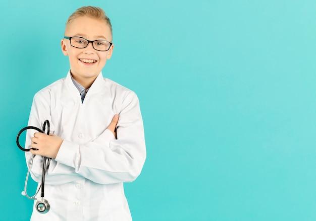 Jovem médico orgulhoso com espaço de cópia