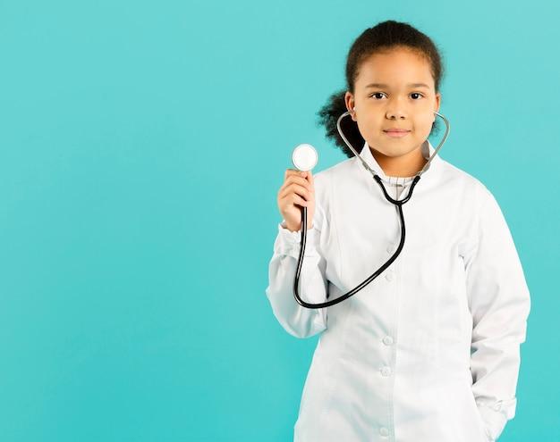 Jovem médico segurando o estetoscópio