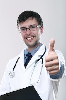 Jovem médico sorridente com polegares para cima