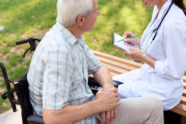 Jovem médico tem um caderno na mão